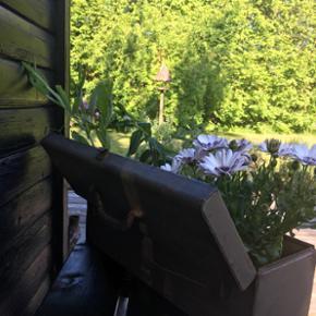 Super lækker gammel værktøjskasse der kan bruges til alt muligt. Som her til blomster og krydderurter spørg for pris