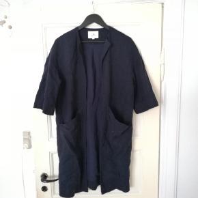 Fin oversize åben cardigan / blazer / let sommerjakke i kimono stil. Navy blå. Med store lommer, i lækkert kraftigt materiale