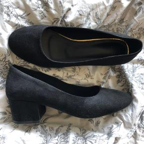 De er købt i skopunkten i Oslo og kun brugt få gange - har fået lidt slidtage på begge sko som man kan se på 3. billede, det er dog på indersiden.