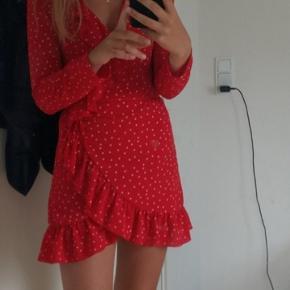 Fin rød kjole, som bindes med bånd i siden og kan derfor justeres i livet.  Kjolen er fra Spanien, i en størrelse S, men kan også passes af en XS. Nypris: ca 500 200kr inkl fragt eller kan hentes på adressen til 170kr Skriv for mere info🌿✨  Kom evt. med et bud