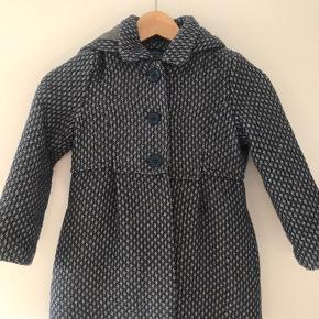 Fineste lille frakke i uld-lignende materiale. Str 116. Befinder sig i sædding.