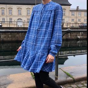 """Super fin blå kjole - længden er god, så den kan både bruges uden og med bukser.  Det er 2 kjoler i 1, da der er en """"inderkjole"""" under (som kan sættes fast og fjernes)"""