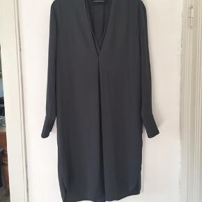 Mørkegrå kjole i str 36. Rummelig model og kan også passes af str 38. Perfekt stand. Pris 300,- pp Bytter ikke.