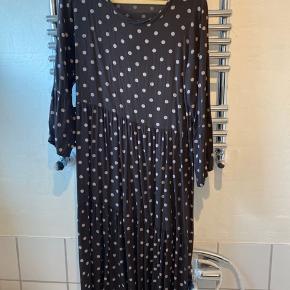 Super lækker kjole i 100 procent viskose - brugt en gang. Fin brun farve - længde  til midt på skinnebenet - anvendelig med bukser under. Str s/m