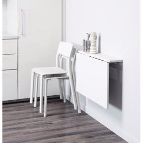 Væghængt bord. Skruerne til at montere det på væg medfølger ikke. Hjemmemalet Hvidt.  Måler 91x50. Kan både bruges som spisebord i det lille køkken, eller som lille arbejdsbord.  Skal afhentes i aarhus lige ved Vesterbro torv.  Søgeord; ophængt, klapbord, kontor,