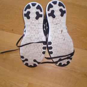Brand: NIKE DAME FREE 5.0 TR Varetype: sneakers Farve: Se billeder Oprindelig købspris: 1100 kr.   Fede sko, i flot stand.  Str 38  Cm. 24