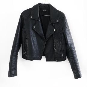 Topshop læder jakke ( ikke ægte læder )  størrelse: 38 ( lille i størrelsen )   pris: 200 kr   OBS: Jeg tager på loppemarked D. 17/2 - hvis varen ikke er solgt inden tages den med 🚨  fragt: 37 kr