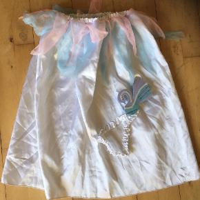 Kostume. Nederdel med lyserød og lyseblå tyld  samt pandebånd med svane  Princesse   Udklædning temafest  Fin stand   Sender gerne  Se flere annoncer