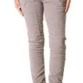 Munthe plus Simonsen Style:  TISKO grey Fløjlsbukser ned stræk. Dobbelt lynlås foran, lynlås lommer.  Flot til en langbenet str 40 ca. (De er mærket 38, men store i str!)  Minimalt tegn på brug  #30dayssellout