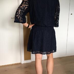 Smuk, mørkeblå blondekjole fra Gestuz med elastik i taljen. Pæn stand.