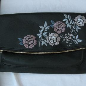 Fin taske fra Deichmann.  Måler ca. 30x18cm.  Brugt en enkelt gang.  Jeg tager ikke billeder med tasken på.