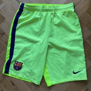 Lækre fodboldshorts fra FC Barcelona  Lyset drillede da jeg tog billederne, men de er neongule på begge sider.   Skriv gerne et bud/spørgsmål  Se billederne og giv gerne et bud :)