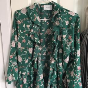 Lille i størrelsen.  Det er en slag kimono/cardigan/blazer fra neo noir.  Nypris: 300kr