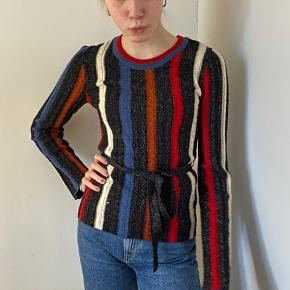 Sælger min seje trøje fra & Other stories, da den ikke bruges nok.  Den er en størrelse xs, men kan også fitte s, og er lavet i er strik artigt materiale.