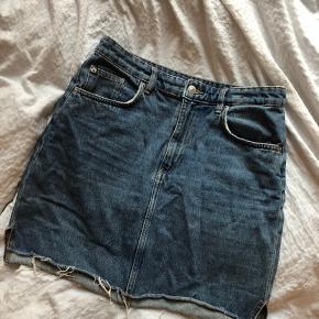 Str.38, denim nederdel fra h&m  Ingen slid. Sælges da jeg ikke får den brugt :)