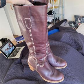 Lilla høj støvle. Sælger da jeg desværre ikke får dem brugt. Har givet 1400 kr. for dem, men er åben overfor bud!  Skriv gerne, hvis du ønsker flere billeder af dem!  💜💜💜