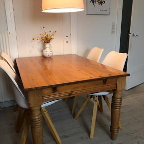 Antikt træbord, med patina som er i rigtig fin stand.  Ca. Mål:  Brede: 92 Længde: 128  Højde: 73  Skal afhentes i Vanløse.