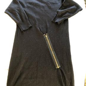 Strik kjole med lynlåsdetalje