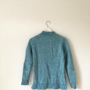 En Varm blå strik i en blanding af mohair, uld og nylon.