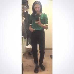 Str 26/32 sorte Nora mom jeans fra DR. Demin. Brugt 2 gange og 1 gang for at få taget billede i dem.  Får dem ikke brugt, fortjener en anden ejer.  Nypris 600 kr   Hent selv ellers plus fragt. Sender med Dao og via Mobilpay😊