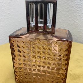 Lampe Berger Paris. Købt i Berlin. Aldrig brugt.  Højde: 14 cm  Sælges med en katalytisk brænder