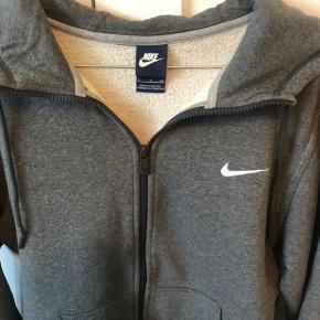 Nike tætsiddende hoodie i mørkegrå.  Str. S men passer også M. Ingen synlige brugsspor.
