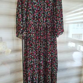 Sælger denne fine kjole fra H&M   Aldrig brugt. Str. 38.   Kan sendes eller afhentes i Bagsværd eller Humlebæk.
