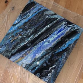 Maleri på lærred i 60*60.  Indeholder tre forskellige blå nuancer, sølv, guld, hvid og sort.   Kan også males på bestilling med frit valg af farve og størrelse. Skriv PB for bestilling og/eller spørgsmål om pris osv.