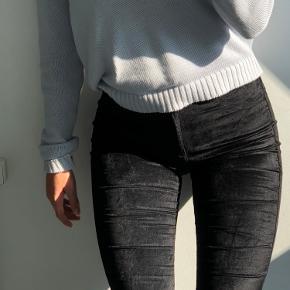 Tæt siddende sorte velour bukser fra dr. Denim. Brugt få gange💗