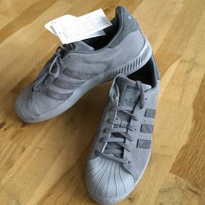 Lækker lysegrå Adidas Superstar ruskind sneaks - aldrig brugt