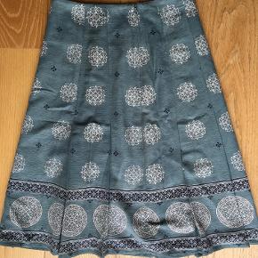 Fin A-nederdel med læg og det flotteste stof fra Part Two.  Str. small. Taljen måler 35 cm når nederdelen ligger fladt. Brugt men ser ud som ny.  Jeg sælger ud af en alt for stor garderobe. Jeg sælger kun tøj der er som nyt eller i rigtig pæn stand. Jeg tager desværre ikke billeder med tøjet på. Sælger via TS og sender med DAO.