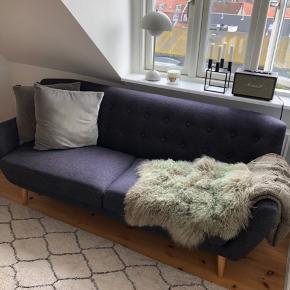 Super fin 2,5 persons sofa til salg. Har primært stået til pynt og har derfor ingen tegn på slid eller brugsspor.   2.000kr. Afhentes i Aarhus C