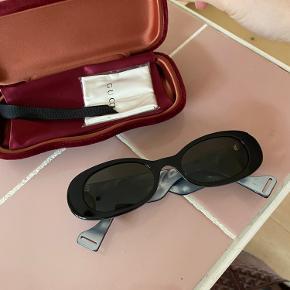 Overvejer at sælge mine nye solbriller fra Gucci ved rette pris. 202451F005028