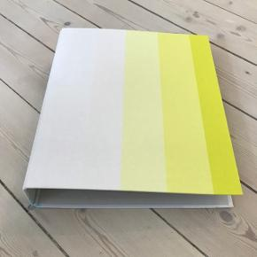 HAY binders i lyse farver. Siderne er af stof og uden brugstegn. Har fire stk. og kun to har været med papirer i.   Prisen er pr. bind og du er velkommen til at købe det antal du vil - Byd gerne.