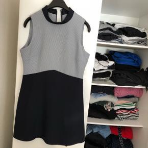 Lille kjole fra Dorothy Perkins med fine detaljer. Brugt en enkelt gang. Str. 38  Byd endelig. Alt skal væk, da jeg ikke er god til at bruge det, så der er ingen dårlige bud. Sælges meget billigt!!  Sender gerne 🌸