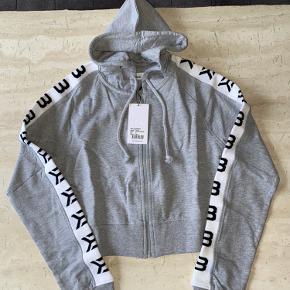 Better bodies cropped hoodie i str small sælges. Ny med tags.  Har al al alt for meget træningstøj, så sælger lidt ud 😊  Nypris 550,-