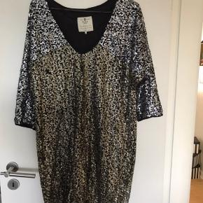 Har denne fantastiske kjole til salg.💃 den sidder super flot på en! Jeg har brugt den to gange, men kommer ikke til at bruge den mere 😔❤️  Den er fra Pulz - prismærket er klippet af, men har det stadig, som bevis på at den har kostet 700 kr. 🤩