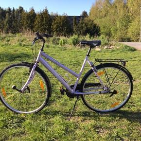Brugt, fin, lilla cykel. Der medfølger en nøgle til cykellåsen