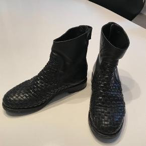 Varetype: Ankelstøvler Farve: Sort Oprindelig købspris: 2300 kr.  Klart til den pæne ende af god men brugt. Overlæderet er som nyt, da de er plejet godt. Meget lækker og super behagelig støvle i top kvalitet.