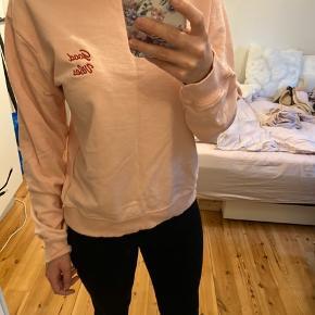 """Helt ny lyserød sweater med tekst """"good vibes"""""""