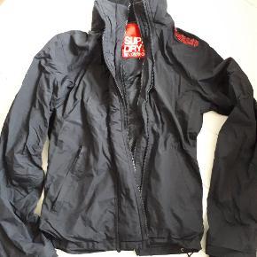 Varetype: Overgangs jakke vindjakke Farve: Sort Oprindelig købspris: 599 kr.  Lækker vindjakke. Selve jakken er fin og flot i farven, dog er snorerne forneden slidte samt hullet til tomlen trævler, derfor prisen.