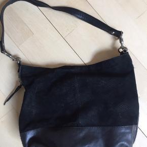 Taske med mellemlang strop i ruskind og læder. Ekstra indvendig lynlåslomme + i siden.