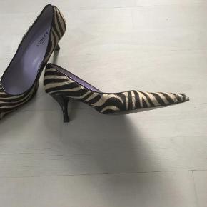 Varetype: Pumps Farve: Black Prisen angivet er inklusiv forsendelse.  Zebra mønster, pels, købt for lille
