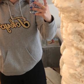 Grå hoodie med guld skrift på fra Sofie Schnoor😌
