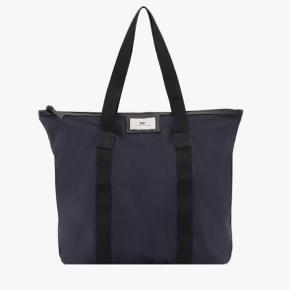 Day taske, navy, bruges ikke længere, fin stand. Np: 300 kr
