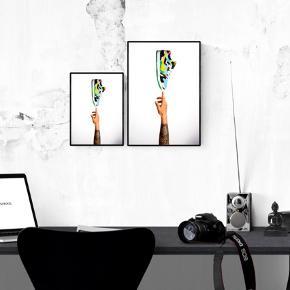 Det er en samling af mine bedste og mest eftertragtede shoots til dato. Jeg har designet plakaterne til alle mine sneakerheads derude, der dedikerer al deres tid og interesse til shoegamet. Jeres favoritsneaks skal op at hænge på væggen, præcis som de fortjener. Fordi man aldrig kan have for mange sko i sit liv.  Plakaterne findes i størrelse A4 & A3