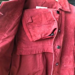Sælger dette populære ruskindssæt fra Zara, der er pletter foran på jakken (kan ses på billedet) Ved køb prøver jeg først at fjerne det med et ruskindsviskelæder