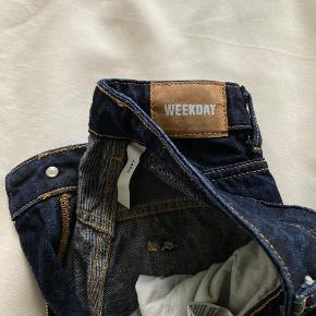 Fede Weekday jeans i modellen Lash ✨  Str. 25/30  De er meget straight i fittet.  Som det ses på billedet, er de klippet i bunden, for er mere råt look.   Jeg er 155 cm. & de går mig til skokanten dvs. de dækker anklerne 😊 de er brugt 2 - 4 gange.