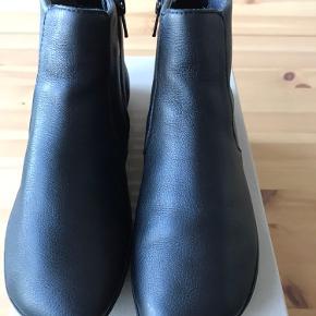 Camper, model Right Nina, kort støvle i skind uden for str 36. Haft dem på x 1. Sendes i original æske.