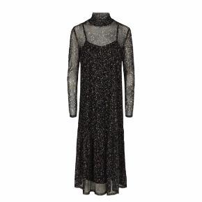 Transparent kjole med underkjole og høj hals. Aldrig brugt, har kun hængt i skabet. Jeg er 170 cm høj, og den går lige til lidt over anklerne.  Spørg for flere billeder 😊 Køber betaler fragt.